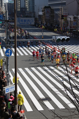 Tokyo Marathon runners going by Tamachi Station